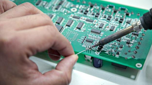 Saldatura elettronica manuale e test dell'oscilloscopio