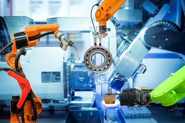 Saldatura robotizzata industriale e presa con robot che lavora in una fabbrica intelligente