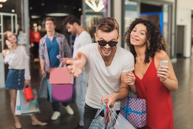 Saldi il black friday. una giovane coppia sta facendo shopping.