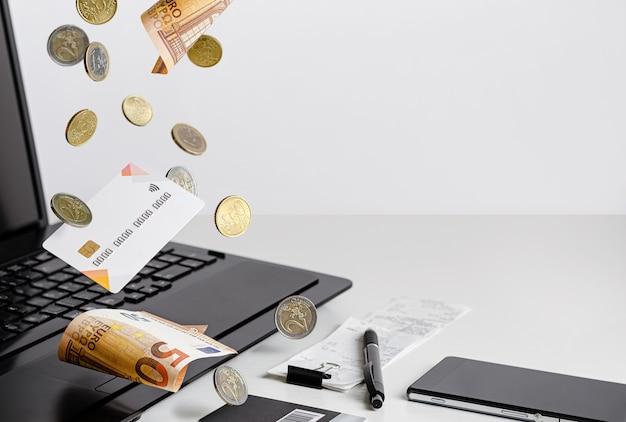 Saldo della carta di credito. affari, valuta euro. copia spazio