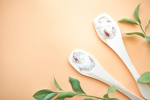 Sale da bagno naturale, sapone fatto a mano. prodotti organici. cosmetici spa.