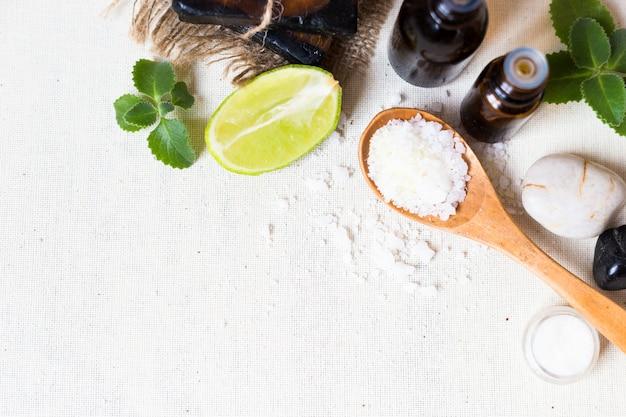 Sale marino naturale e sapone fatto a mano con olio per il corpo su bianco
