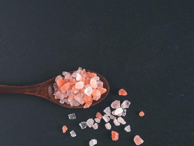 Sale rosa dell'himalaya in cristalli