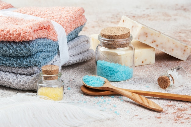 Sali da bagno in bottiglie di vetro, cucchiaio di legno