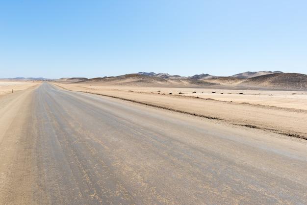 Sali la strada che attraversa il deserto di namib, migliore destinazione di viaggio in namibia, africa.