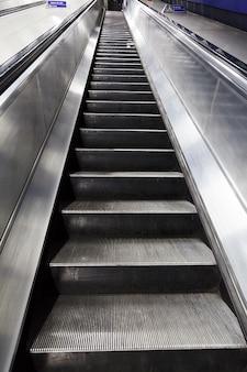 Salire ascensore metallo struttura scale mobili percorso moderno
