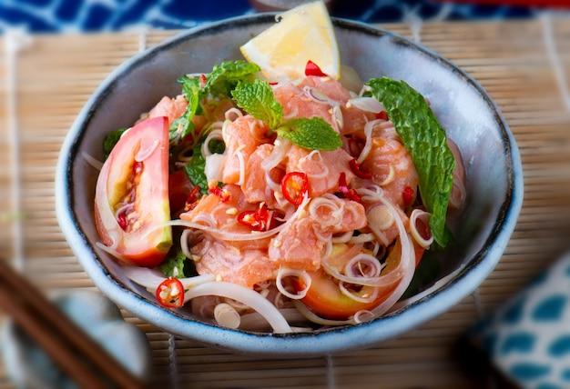 Salmond piccante dell'insalata nello stile tailandese.