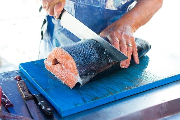 Salmone a porzionatura