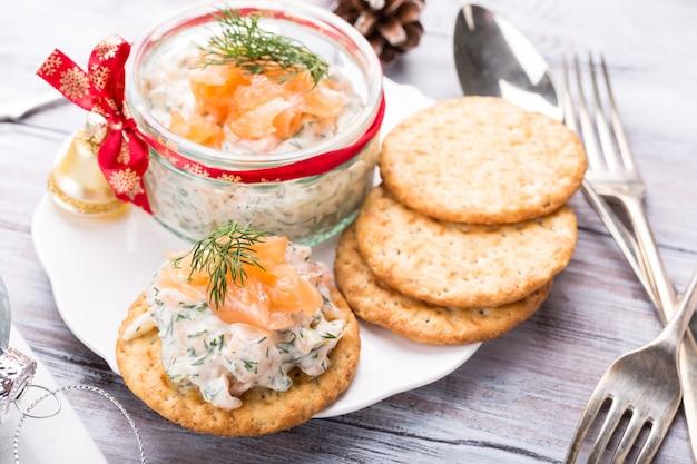 Salmone affumicato, formaggio morbido e crema di aneto