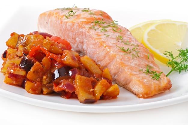 Salmone al forno con ratatouille di verdure