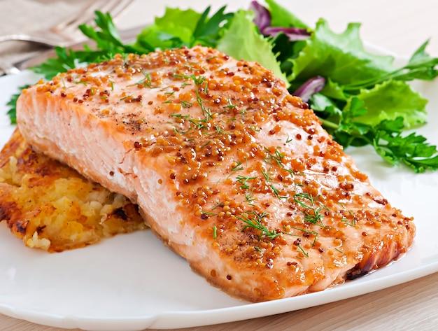 Salmone al forno con salsa di senape e gratin di patate