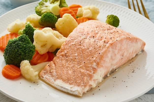 Salmone al vapore e verdure, paleo, cheto, fodmap, dieta a trattino. dieta mediterranea