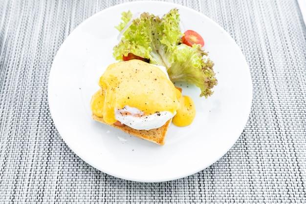 Salmone all'uovo alla benedict
