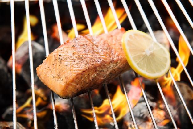Salmone alla griglia con limone in fiamme