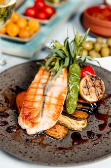 Salmone alla griglia servito con verdure grigliate e limone