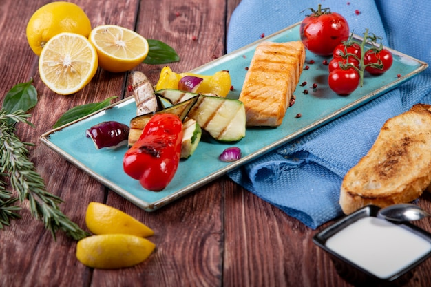 Salmone alla griglia servito con verdure grigliate