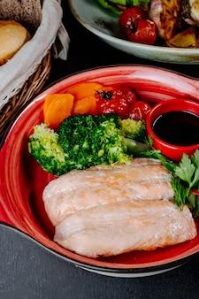 Salmone con broccoli pomodori carota e verdure