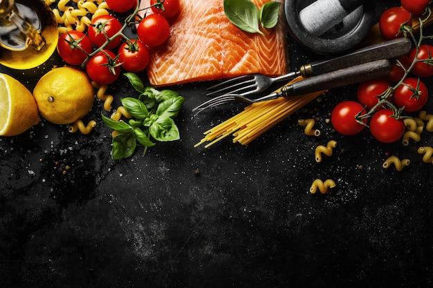 Salmone con ingredienti sul tavolo