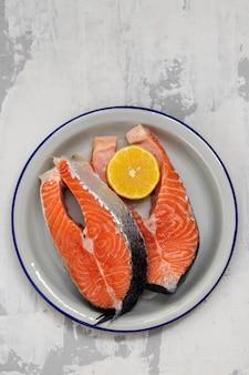 Salmone crudo con il limone sul piatto