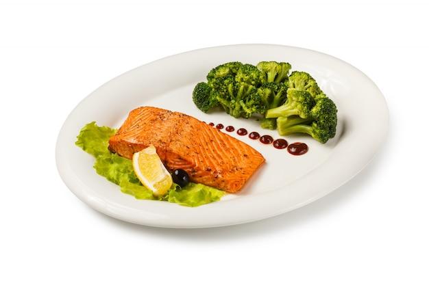 Salmone di pesce al forno guarnito con broccoli