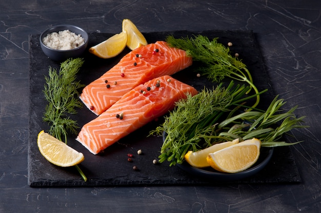 Salmone fresco biologico pronto per la cottura