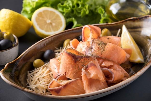 Salmone fresco congelato con limone e formaggio. avvicinamento