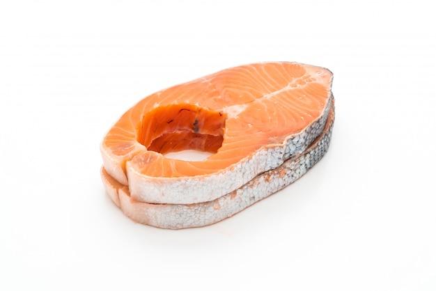 Salmone fresco crudo su fondo bianco
