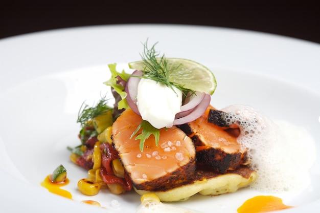 Salmone fresco in stile gourmet con salsa tartara
