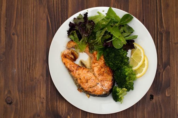 Salmone fritto con broccoli sul piatto