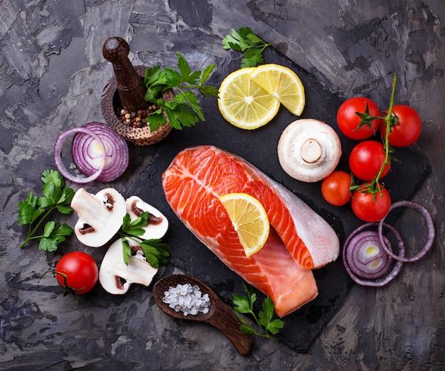 Salmone, funghi, pomodori e prezzemolo
