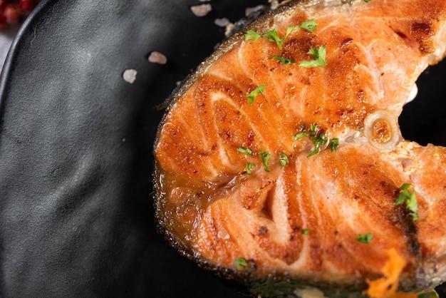 Salmone grigliato alle erbe
