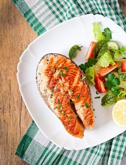 Salmone grigliato con insalata