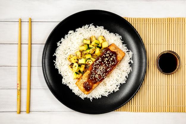 Salmone grigliato con riso, salsa teriyaki e zucchine fritte