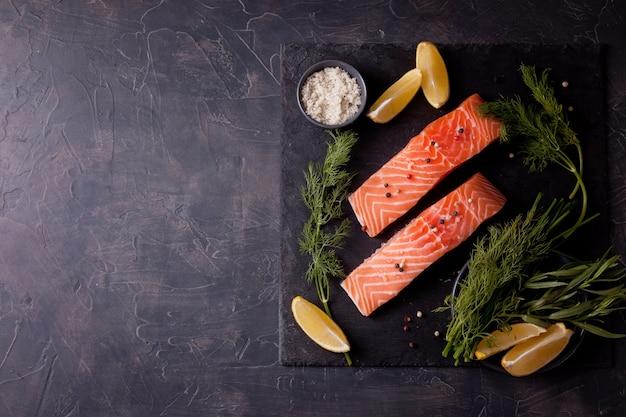 Salmone organico fresco pronto per la cottura