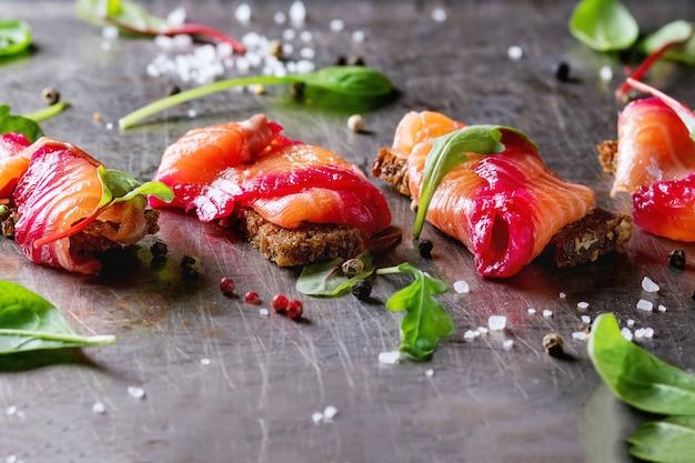 Salmone salato con barbabietola rossa