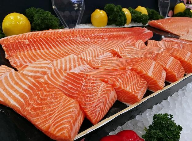 Salmone sashimi crudo con filetti di pesce fresco