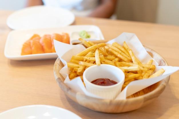 Salmone scivoli con wasabi e patatine fritte in un ristorante giapponese