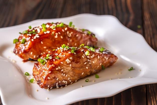 Salmone teriyaki sul piatto bianco