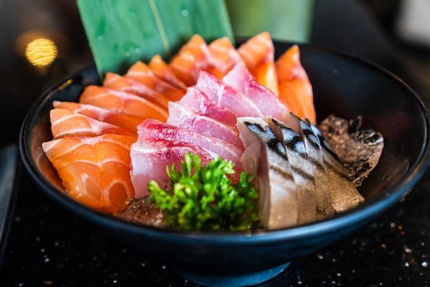 Salmone, tonno, sashimi di saba, pesce crudo in stile tradizionale giapponese nel ristorante giapponese.
