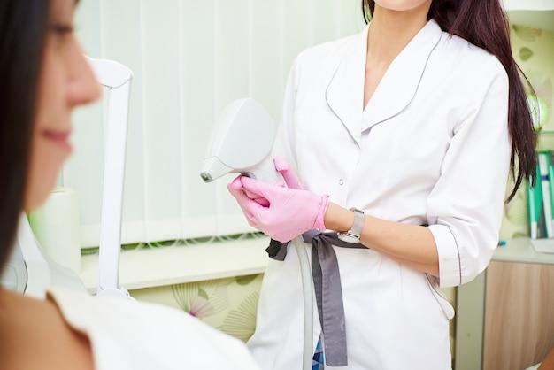 Salone di bellezza, depilazione laser, medico e paziente