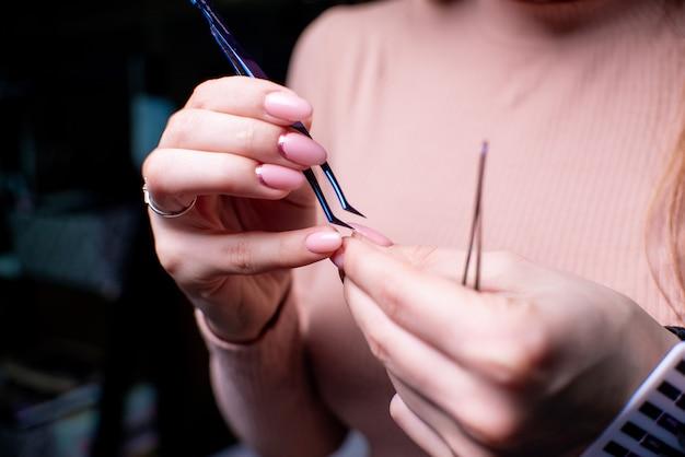 Salone di bellezza, procedura di estensione ciglia da vicino. bella donna con i capelli lunghi