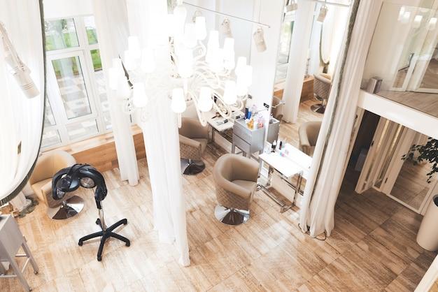 Salone di bellezza raffinato con interni eleganti
