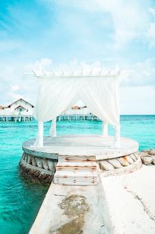 Salotto bianco sul mare