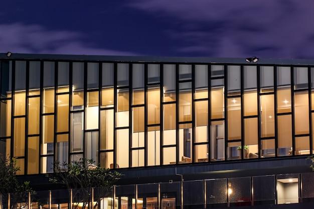 Salotto del cielo del primo piano del condominio di alto aumento