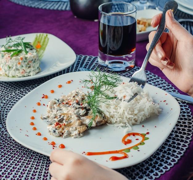 Salsa cremosa di funghi di pollo con riso e aneto