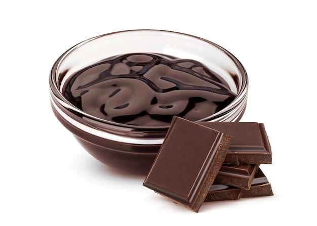 Salsa di cioccolato dolce isolata