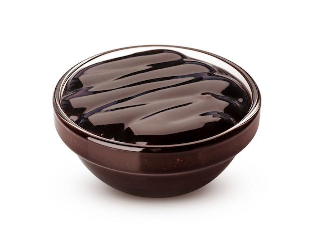 Salsa di cioccolato zuccherata isolata su fondo bianco