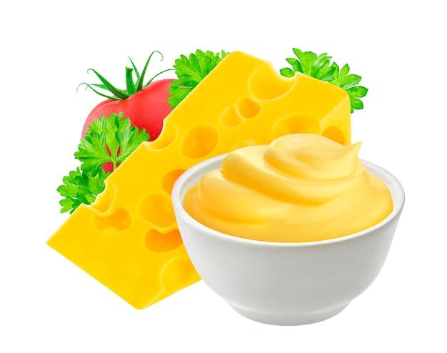 Salsa di formaggio isolata su bianco