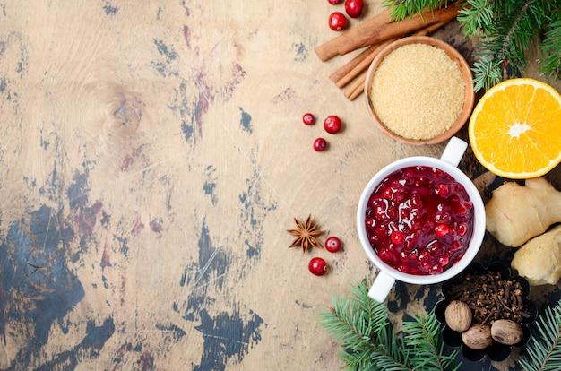 Salsa di mirtilli rossi con gli ingredienti su un fondo di legno. vista dall'alto, piatto, copyspace.