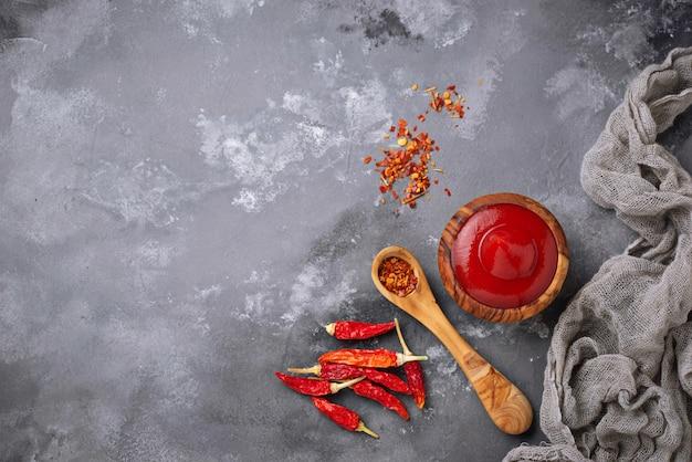 Salsa di peperoncino con peperoni secchi